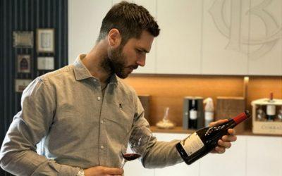 El influencer del vino Kike Sola visita Bodegas Corral